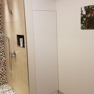 Nischenschrank neben Dusche