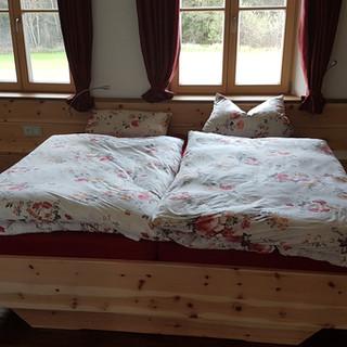 Zirbenschlafzimmer kombiniert mit Nußbaum