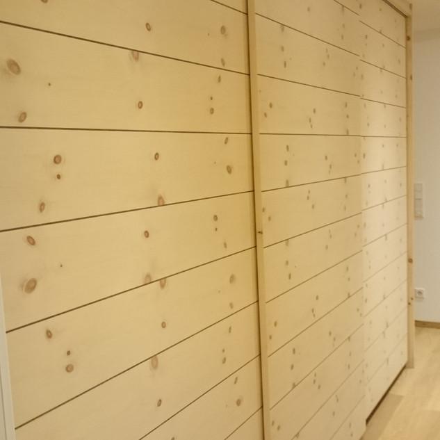 Ankleidezimmer mit Schiebetüren / Schwebetüren Zirbenholz mit Nußbaumadern
