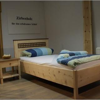 Bett Karo aus Zirbe und Nußbaum