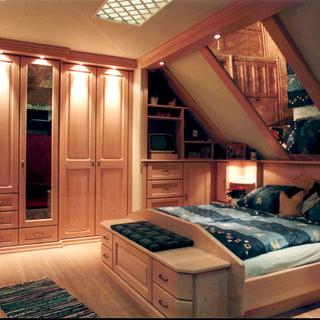 Einbauschlafzimmer in Dachschräge aus Fichte
