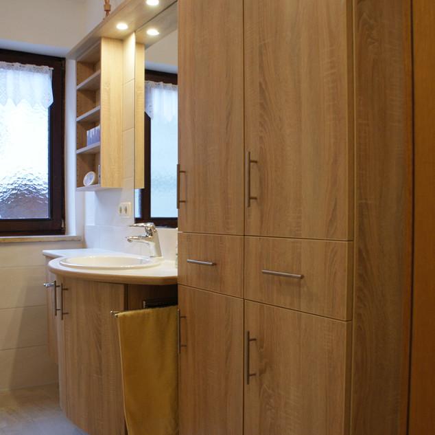 Bad mit Waschtisch, Schrank, Regal und Spiegel aus Eichen-Decor