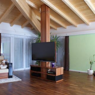 drehbarer Fernsehturm und Sessel aus indischen Apfelbaum (Tineo) kombiniert mit schwarzen Lackflächen und Lederpolsterung