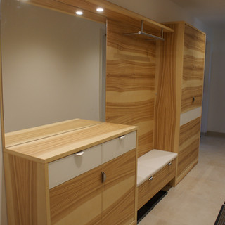 Garderobe in Esche mit Baunkern / Kernesche kombiniert mit weißen Lackfronten