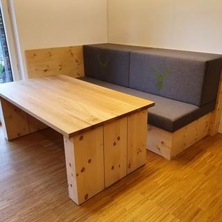Zirben/Loden Couch mit Couchtisch aus Zirbe und Eiche