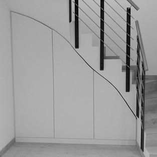 Treppen-Schrank an Mauer angepasst