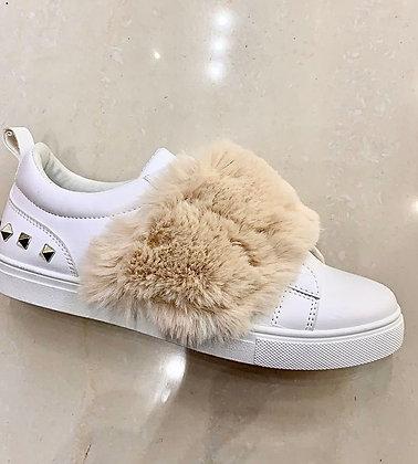 Sneakers med nitter og fur