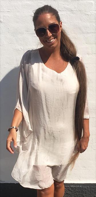e521dace563b Silke tunika kjole i beige