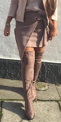 Taupe suede nederdel asymmetrisk