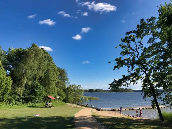Strand mit flach abfallendem Ufer. Ideal für Ihre Kinder.