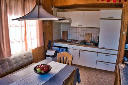 Unsere voll ausgestattete Küche mit Sitzecke und ausziehbarem Tisch
