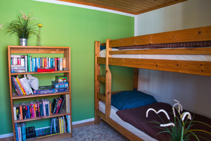 Kinderzimmer mit Etagenbett und vielen Büchern und Gesellschaftsspielen