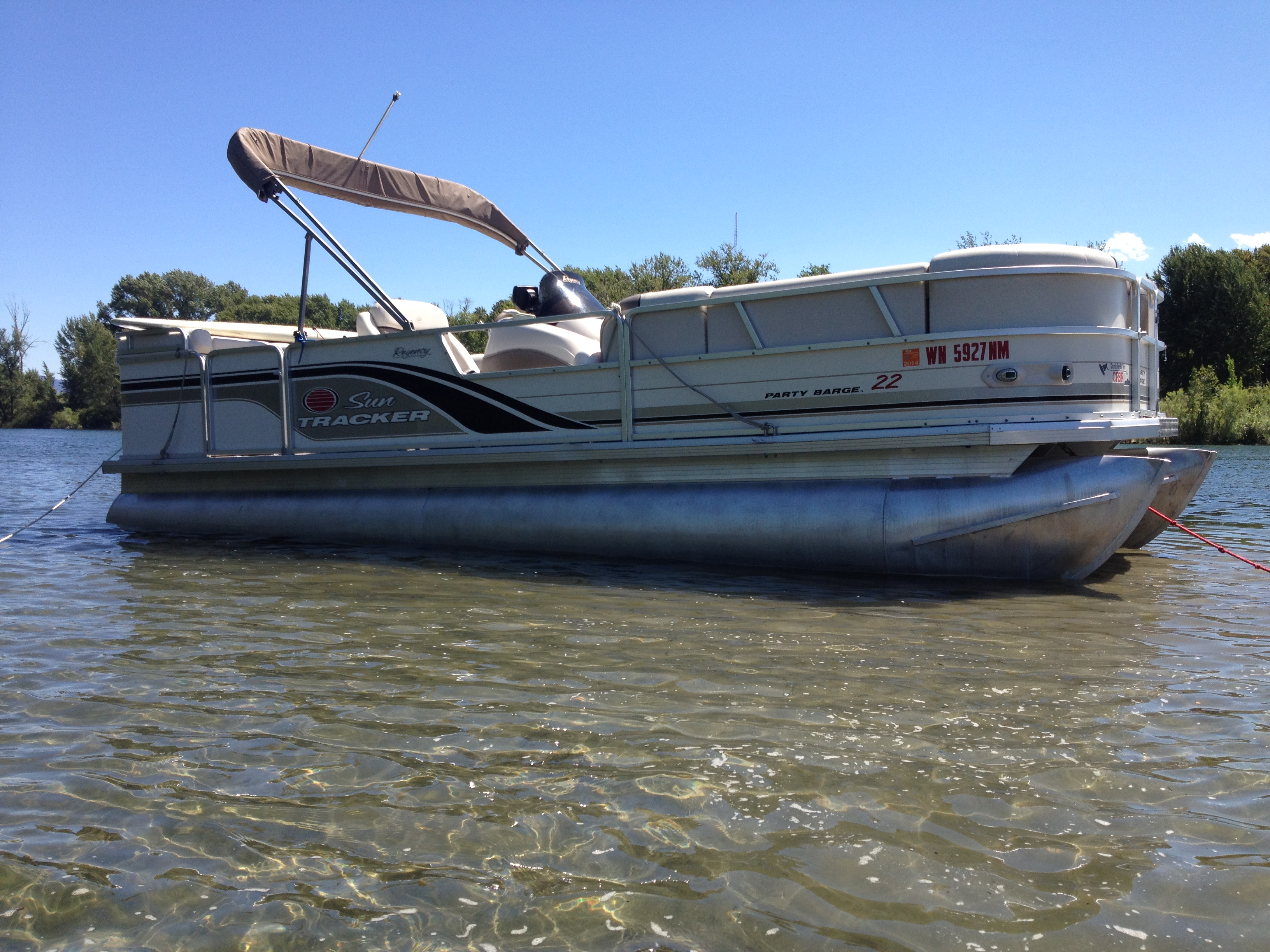 22' Pontoon Boat Suntracker