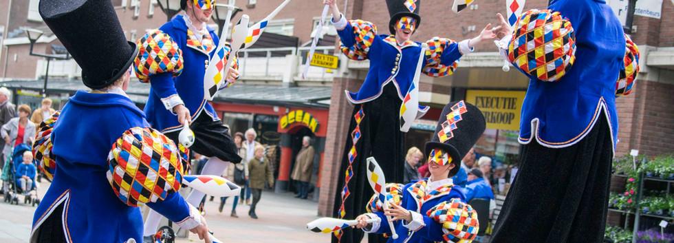 Cirque_Masque_juggling_stiltwalker_parad