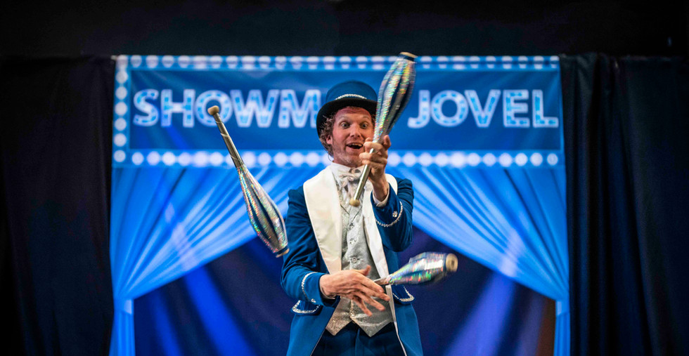 Showman Jovel Jori Veldhuizen entertaine
