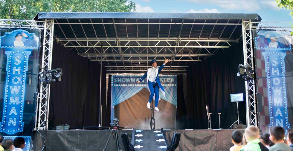 Showman openlucht theater show festival evenement spektakel podium.jpg