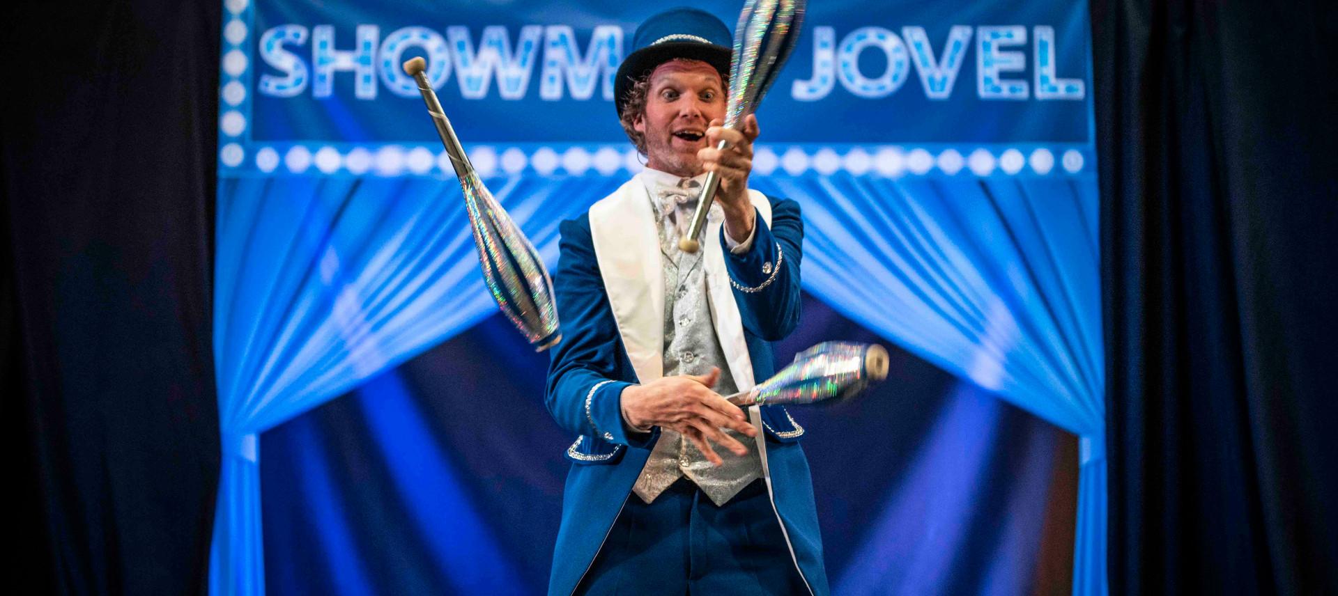 Showman Jovel Jori Veldhuizen entertaine