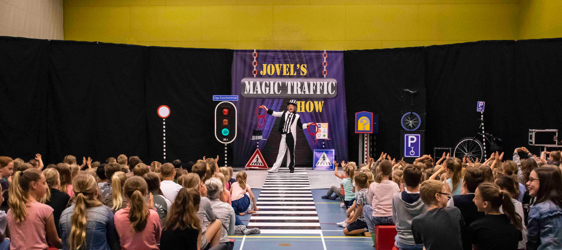 Magic Traffic Show decor theater show vo