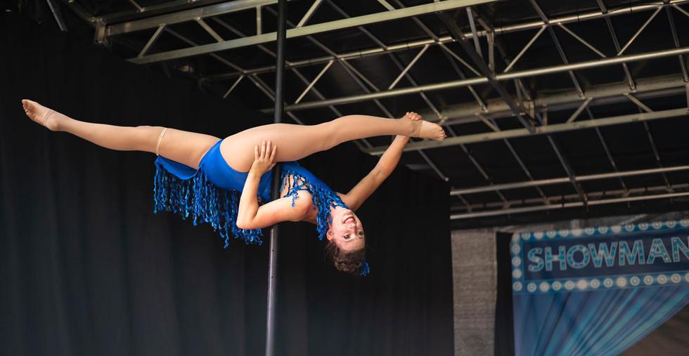 Showman Friends Show acrobatiek circus pretpark thema parkshow zomershow.JPG