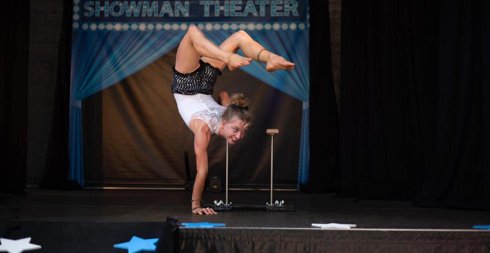 Showman and Friends acrobatiek act show circus familieshow.JPG