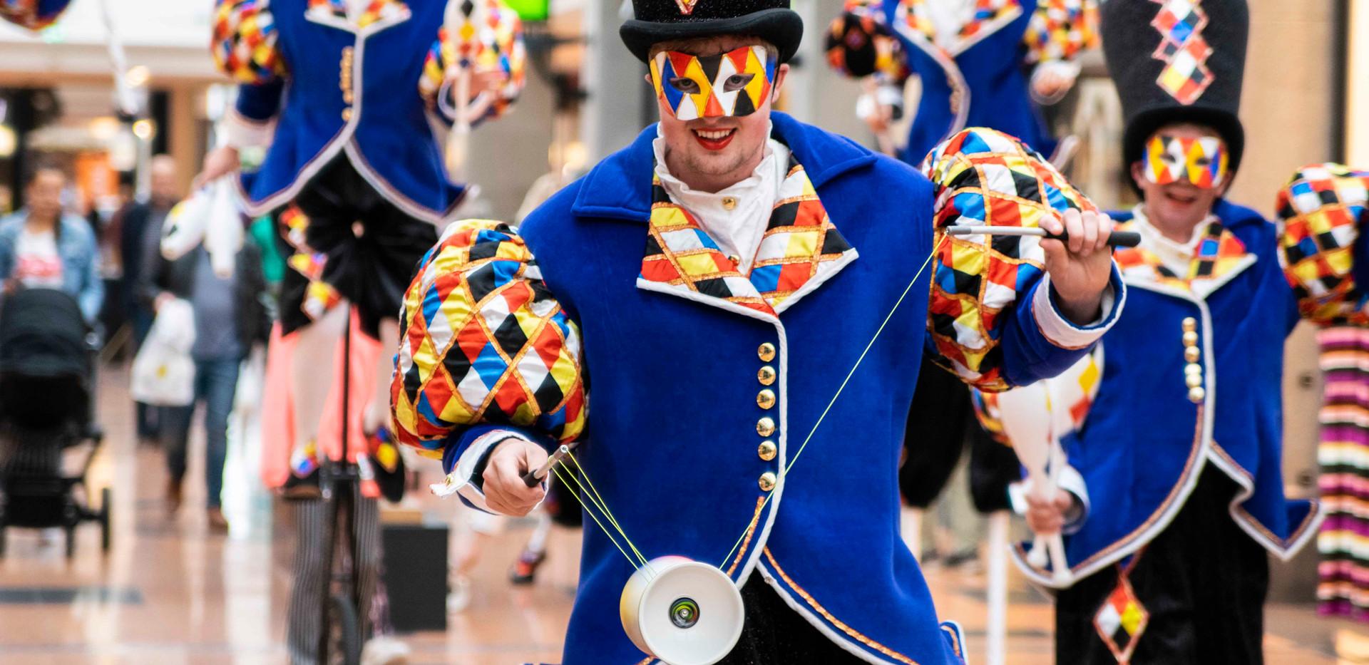 Cirque_Masqué_circus_diabolo_straatthea