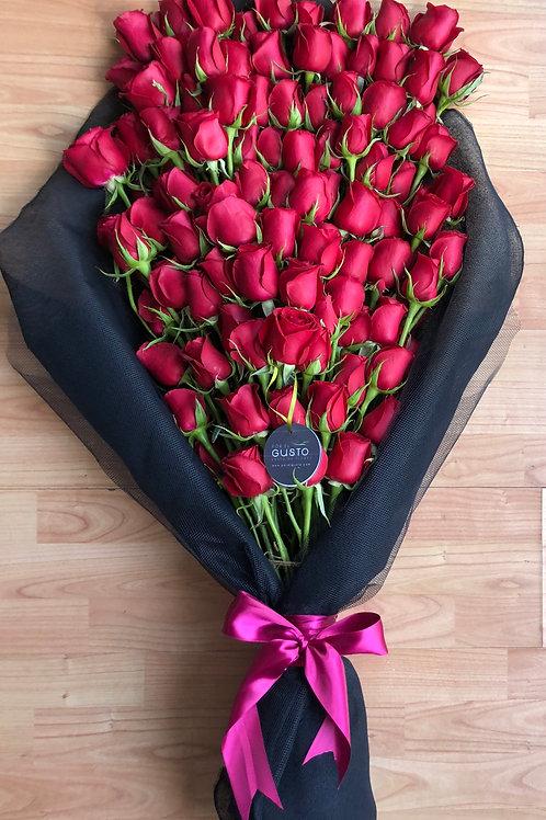 Ramo de 100 rosas en escalera