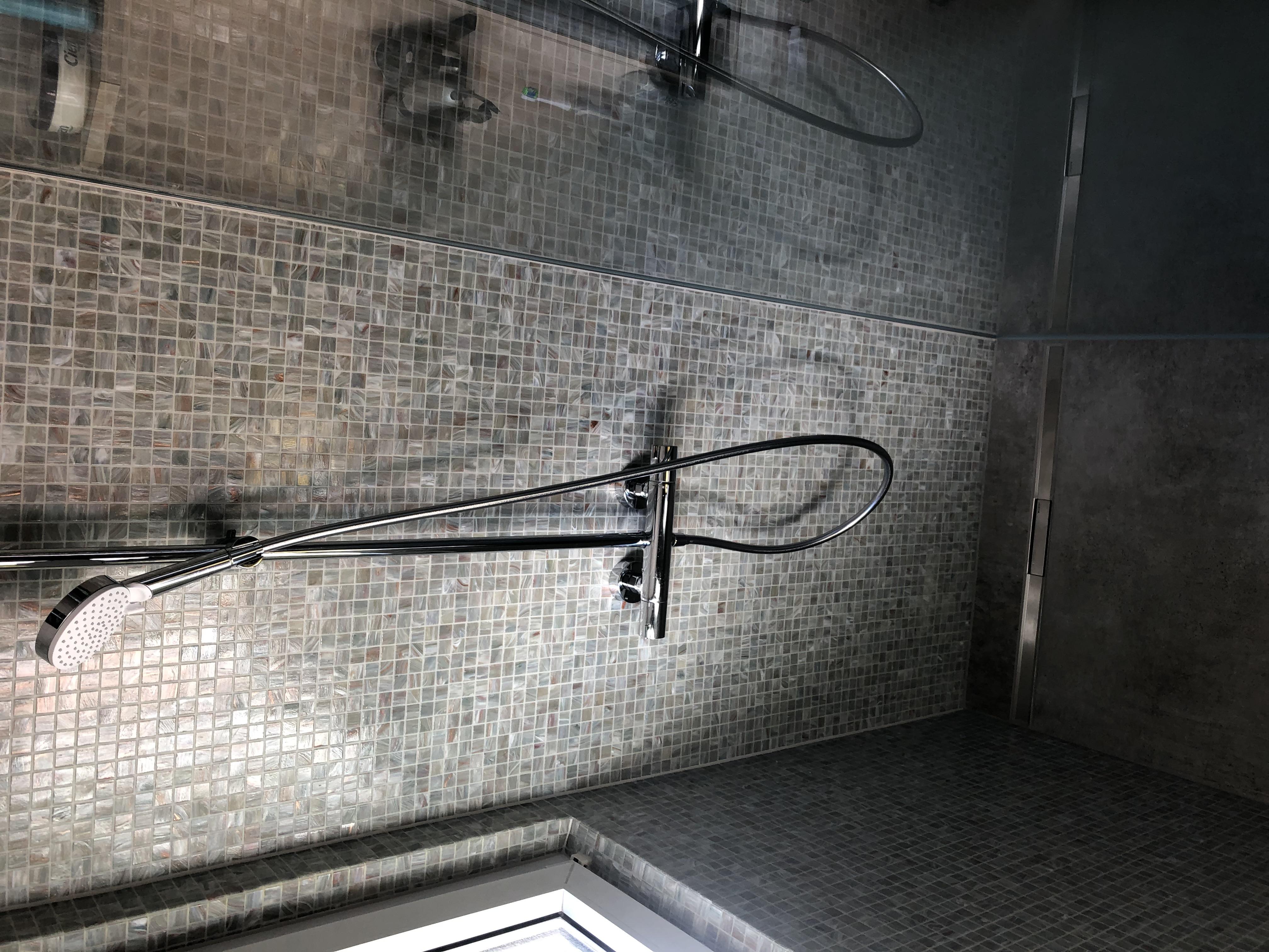 Grossformat und Mosaik Dusche