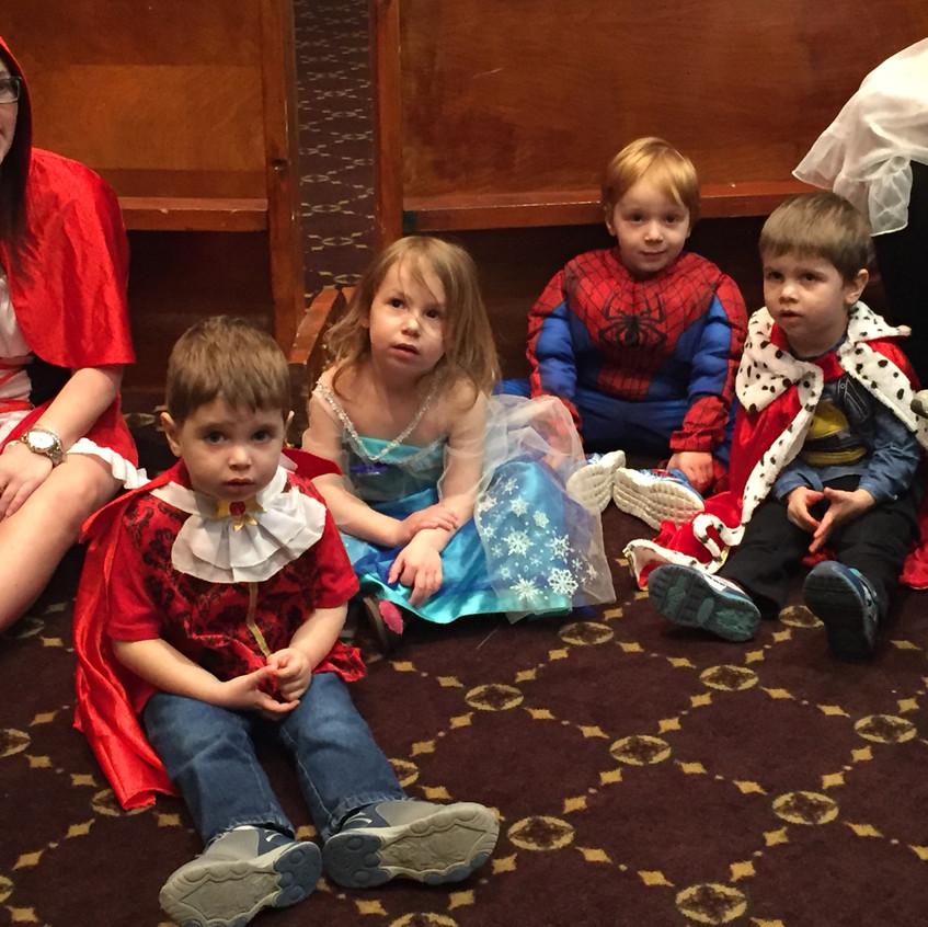 Shfanim kids watching Rabbi Antine