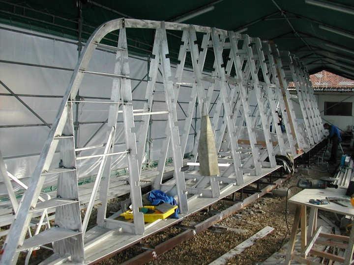 Cette charpente en aluminium va être bordées de plaques d'aluminium