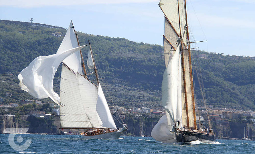Les goélettes Naema, à gauche, et Mariette en baie de Naples © James Boyd