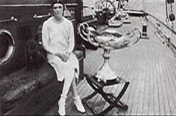 Virginie Heriot à bord de son yacht Ailée, à côté de la ne Ton Cup