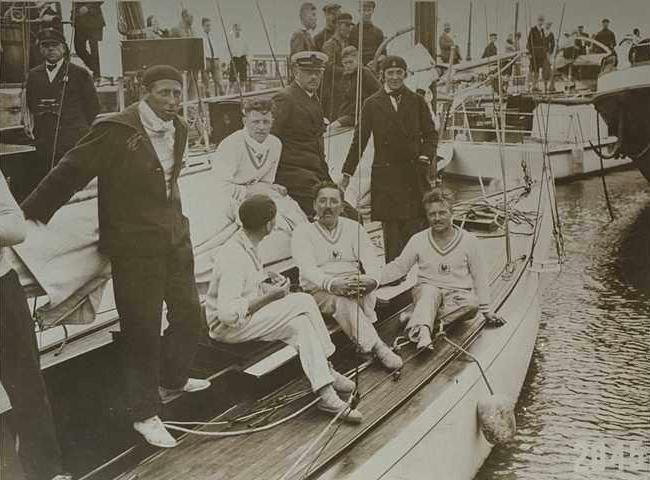 Abord du 8mJI Aile VI avec l'équipage vainqueur des Jeux Olympiques