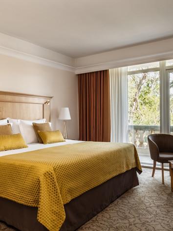 Corinthia_Palace_Deluxe_Garden_Bedroom.j