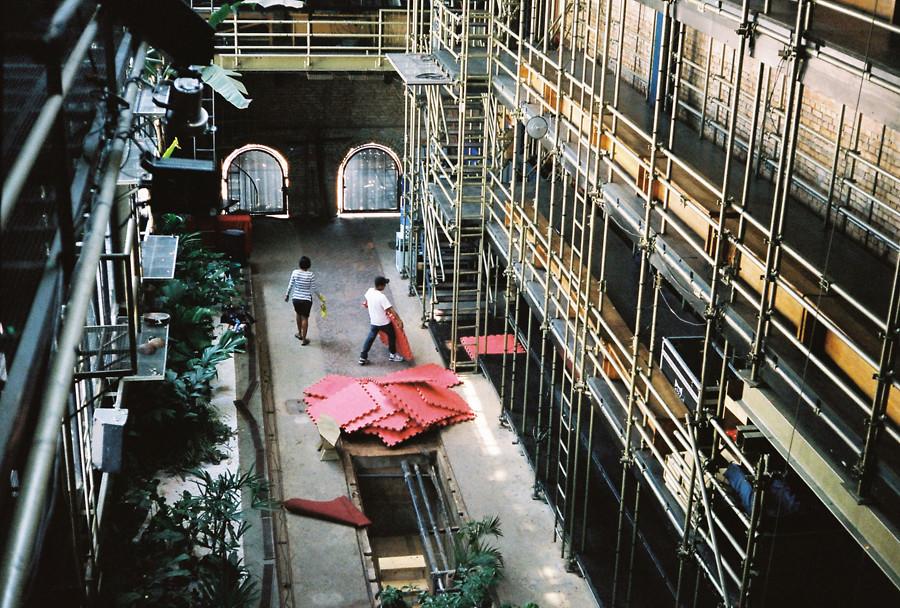 Interno del Teatro Oficina di Lina Bo Bardi con le impalcature sulle laterali.