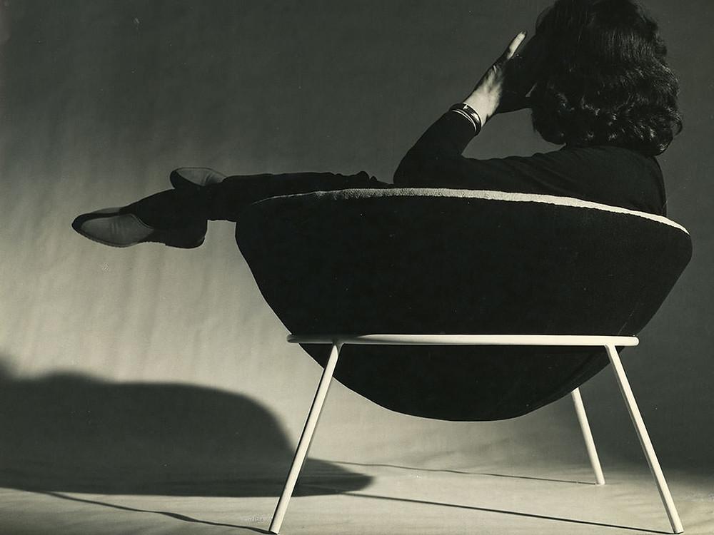 Lina Bo Bardi seduta sulla poltrona Bowl Chair.