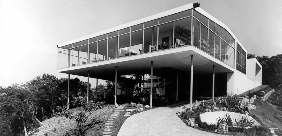 Immagine storica della Casa di Vetro di Lina Bo Bardi a San Paolo in Brasile.