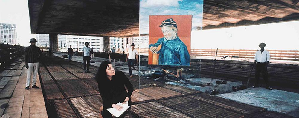 Architetta Lina Bo Bardi seduta durante la costruzione del Museo d'Arte di San Paolo in Brasile.