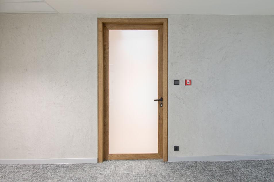 prosklene dvere v drevenem ramu