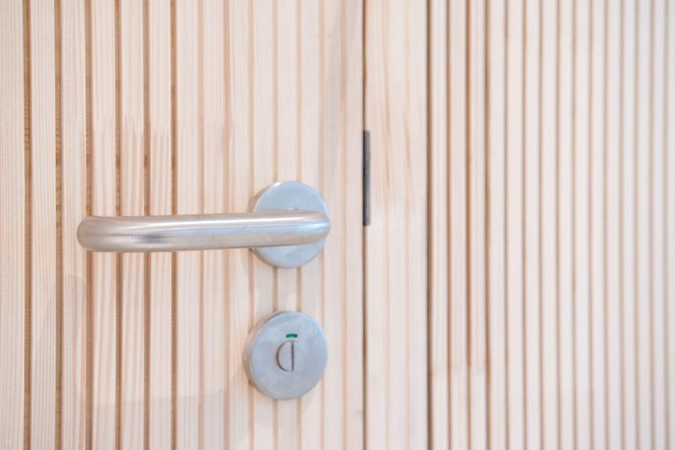 detail kliky atypickych dveri