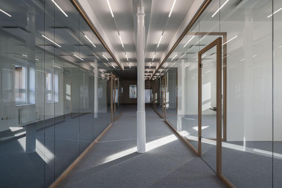 dřevo skleněná příčka