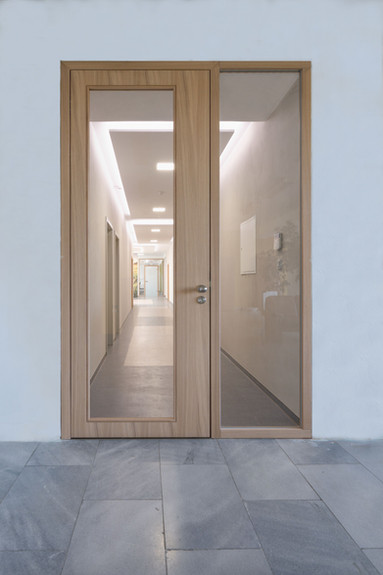 částěčně prosklené dřevěné dveře