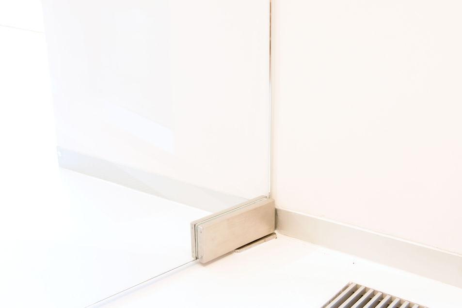 skleněné dveře detail pantu u podlahy