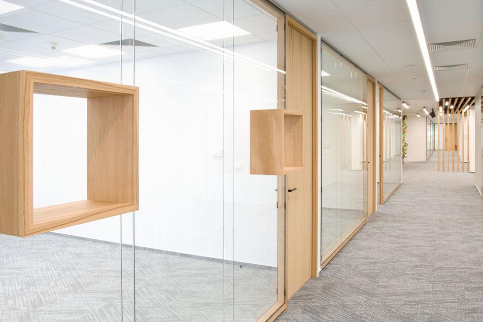 dřevěné police na skle
