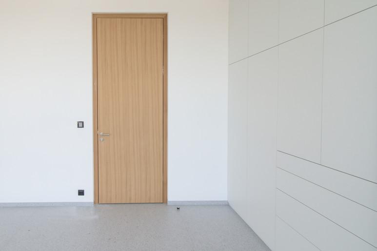 vysoké dveře do otvoru