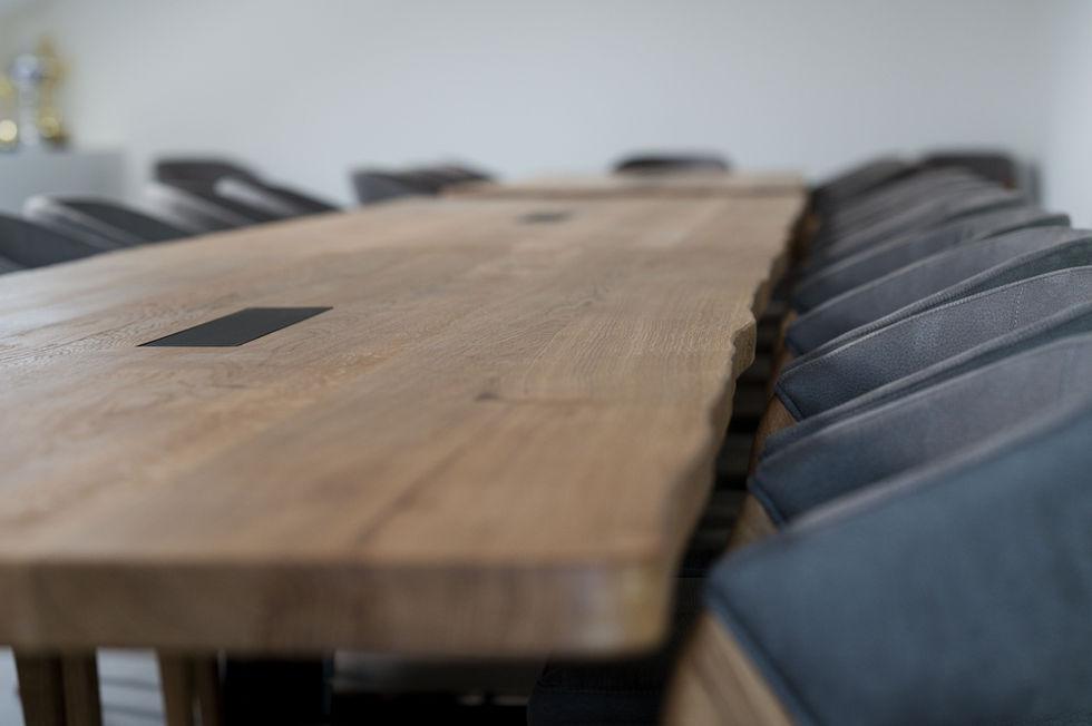 dřevěný stůl z fošen