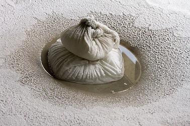 Bultos de sal diluyendose sobre el catre