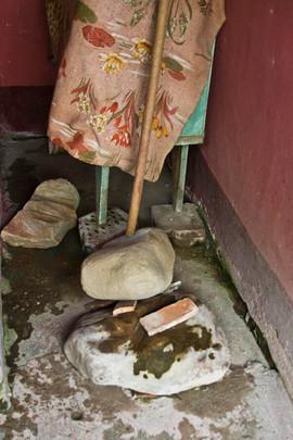mesa y piedras arrinconadas