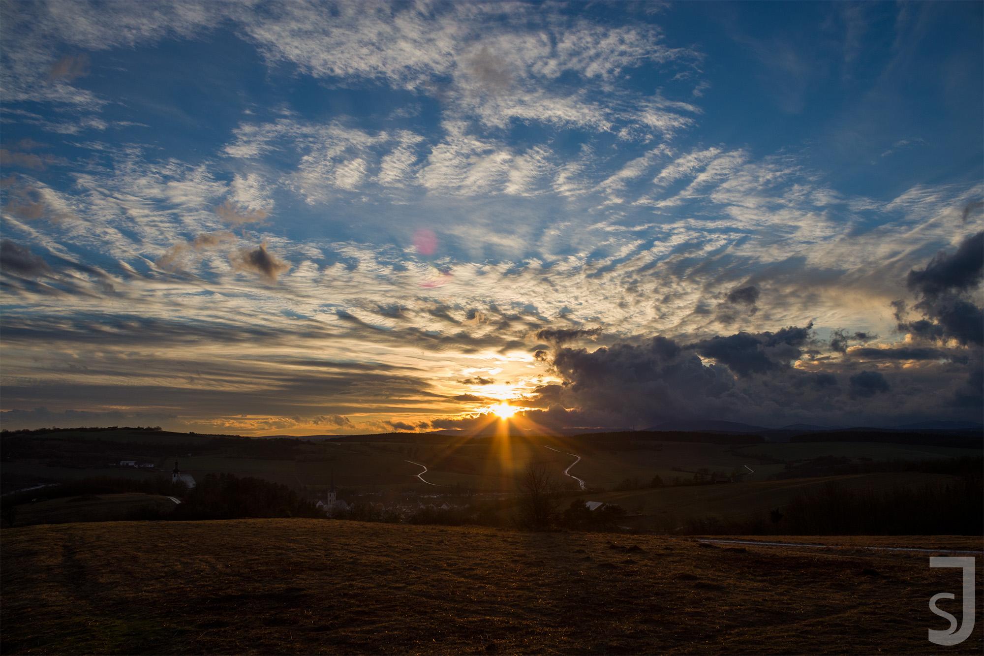 Sonnenuntergang_Heutstreu_(Wolken),_Rhön-Grabfeld
