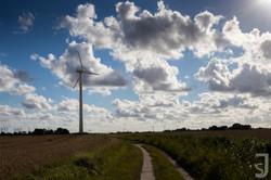 Feld und Windrad, Norddeutschland