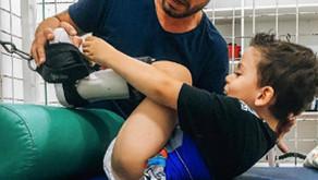 Fisioterapeuta rompe barreiras que impediam menino de andar até os 6 anos